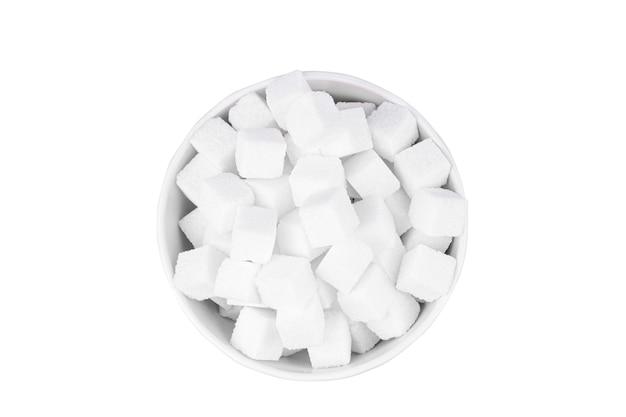 Tigela de açúcar branco em uma vista superior de fundo branco