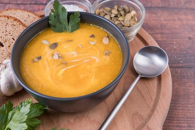 Tigela de alta vista de sopa e colher