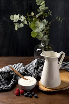 Tigela de alto ângulo com cereais de granola e iogurte