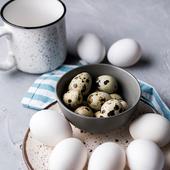 Tigela de alto ângulo com ovos de codorna