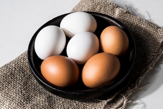 Tigela de alto ângulo com ovos de galinha