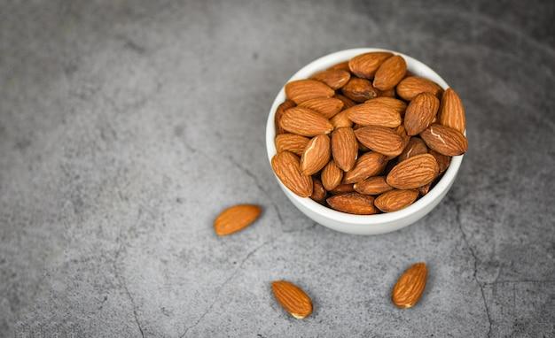 Tigela de amêndoas em cinza close-up alimentos de proteínas naturais de amêndoas e para lanche