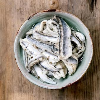 Tigela de anchovas em conserva ou filé de sardinha