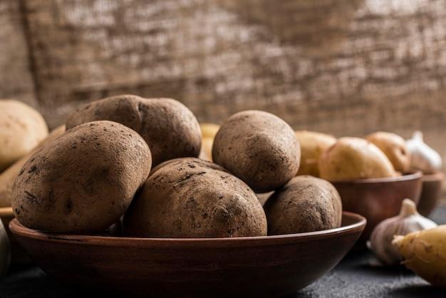 Tigela de ângulo alto com batatas