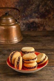 Tigela de ângulo alto com biscoitos