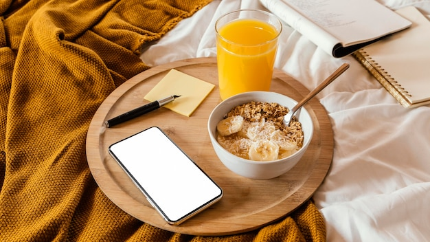 Tigela de ângulo alto com cereal e banana