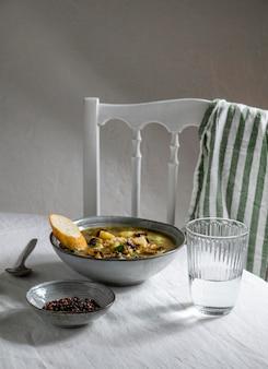 Tigela de ângulo alto com comida na mesa