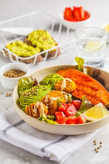 Tigela de arco-íris vegan de almôndegas vegetais, abacate, batata-doce