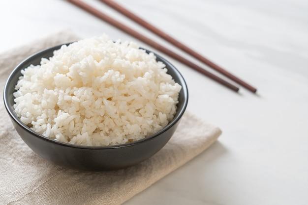 Tigela de arroz branco de jasmim tailandês cozido