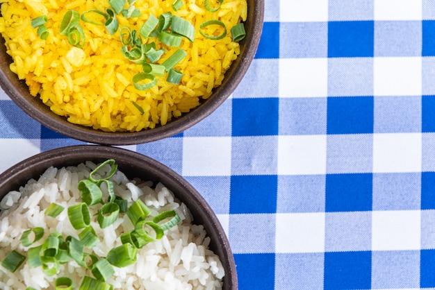 Tigela de arroz branco e amarelo na mesa azul e branca