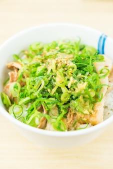 Tigela de arroz com carne de porco doce