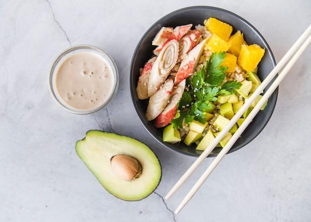 Tigela de arroz com molho e abacate