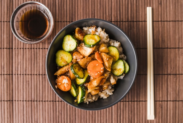 Tigela de arroz de alto ângulo