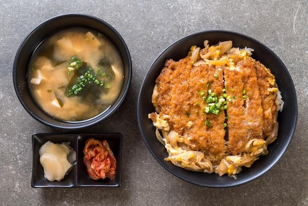 Tigela de arroz de costeleta de porco frito (katsudon)