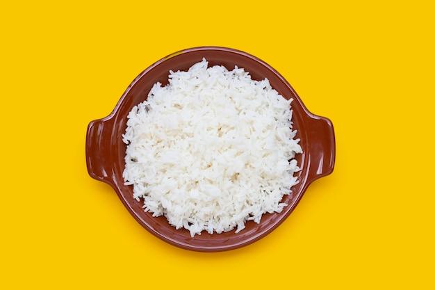 Tigela de arroz em fundo amarelo.