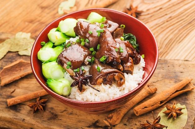 Tigela de arroz fresco trotters