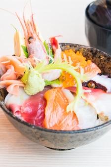Tigela de arroz japonesa com frutos do mar sashimi no topo