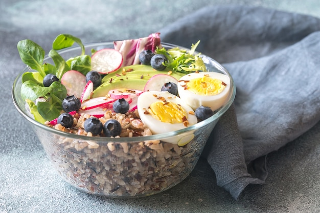 Tigela de arroz selvagem com abacate e ovo