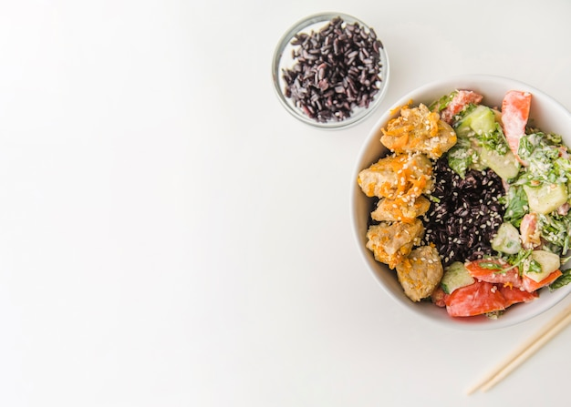 Tigela de arroz vista superior com cópia-espaço