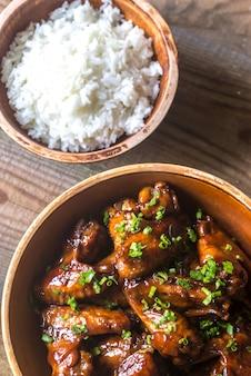 Tigela de asas de frango teriyaki com arroz