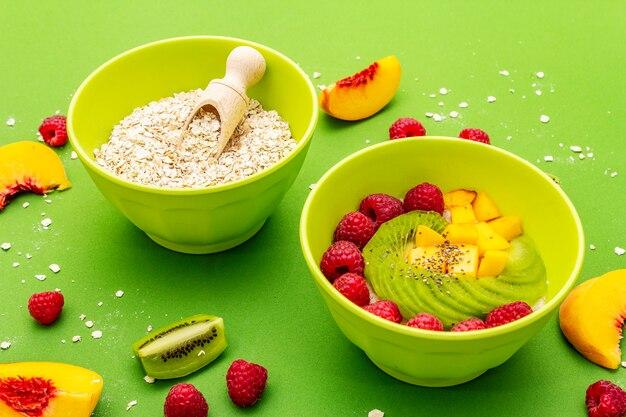Tigela de aveia com frutas e bagas frescas