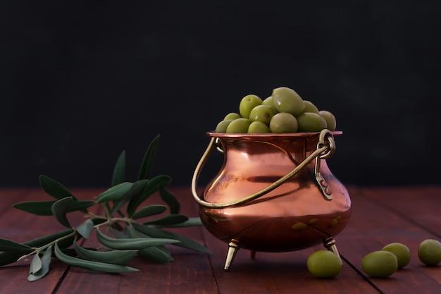 Tigela de azeitonas verdes frescas