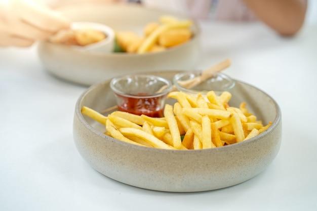 Tigela de batata frita na mesa do restaurante para o almoço