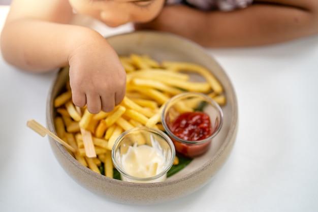Tigela de batata frita no fundo da mesa