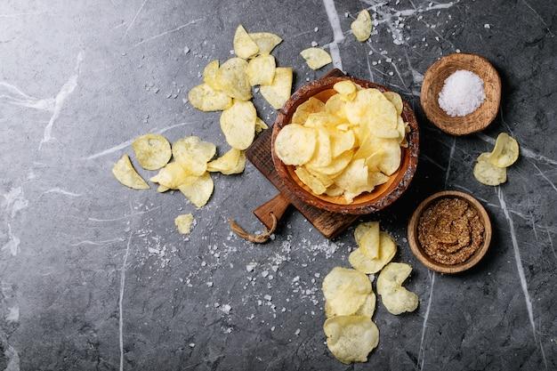 Tigela de batatas fritas caseiras