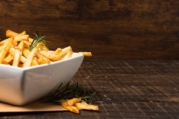 Tigela de batatas fritas com espaço para texto