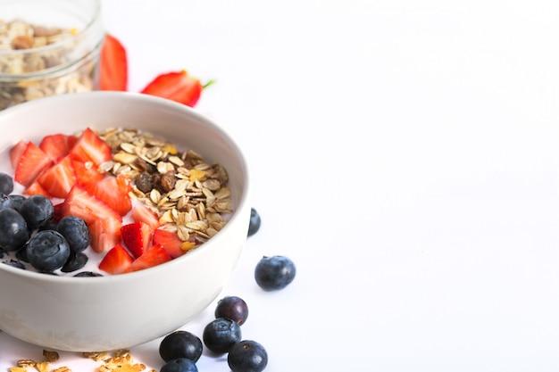Tigela de batido com iogurte, frutas frescas e cereais