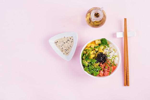 Tigela de buda com arroz, manga, abacate e salmão