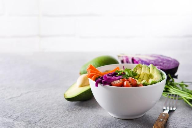 Tigela de buda vegan com legumes crus frescos e quinoa