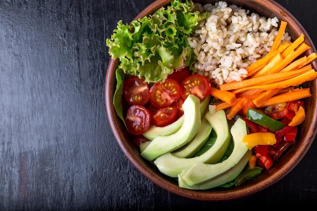 Tigela de buda vegan na superfície preta, vegetariana, saudável, conceito de comida de desintoxicação