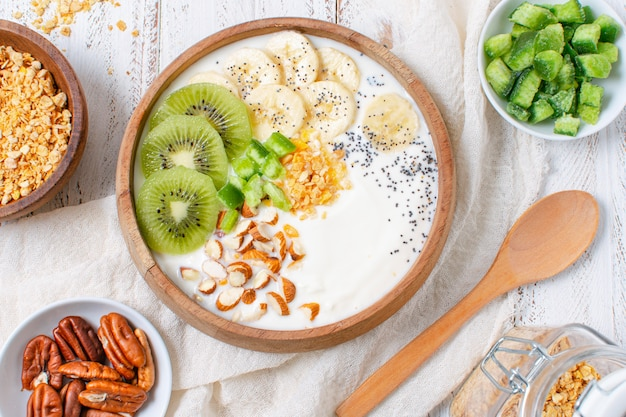 Tigela de café da manhã delicioso com aveia e frutas