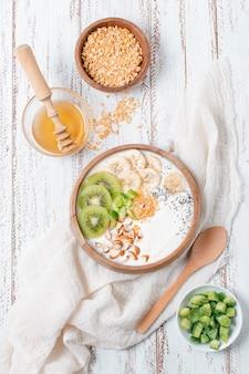 Tigela de café da manhã delicioso com frutas e iogurte