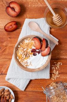 Tigela de café da manhã delicioso com morangos e aveia