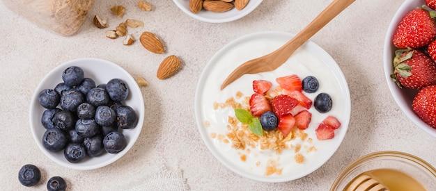 Tigela de café da manhã saudável com frutas e aveia