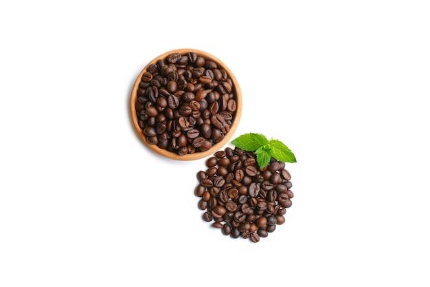 Tigela de café moído e feijão isolado no fundo branco, vista superior