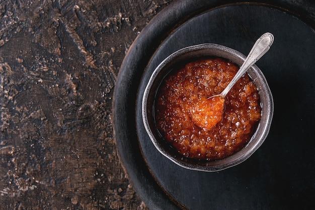 Tigela de caviar vermelho