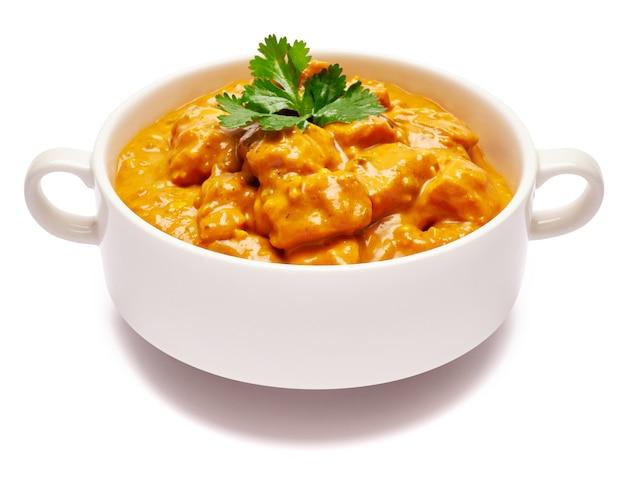 Tigela de cerâmica branca com curry de frango tradicional isolado