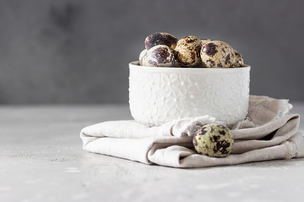 Tigela de cerâmica branca com ovos de codorna