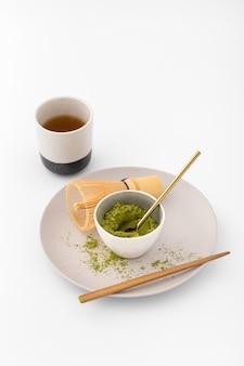 Tigela de cerâmica cheia de pó de chá matcha