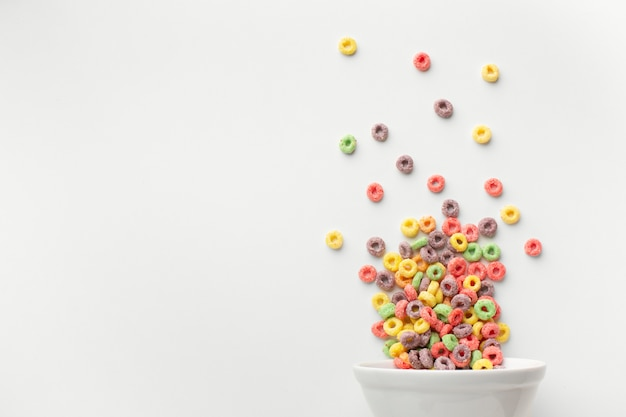 Tigela de cereais coloridos deliciosos com espaço de cópia
