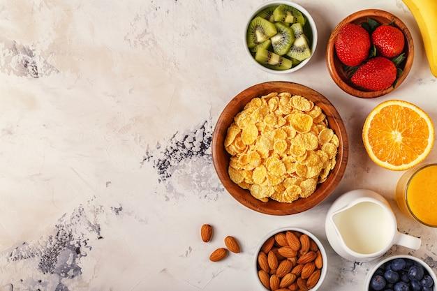 Tigela de cereais com frutas e leite