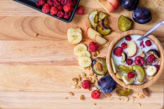 Tigela de cereais com frutas, frutas e leite