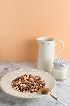 Tigela de cereais de alto ângulo com iogurte