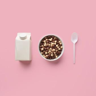 Tigela de cereais de vista superior com colher e leite