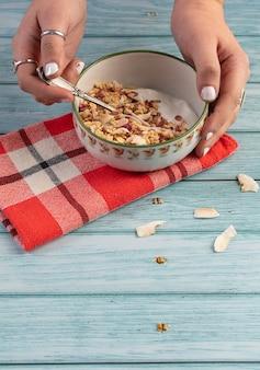 Tigela de cereal com frutas secas em uma mesa de madeira azul