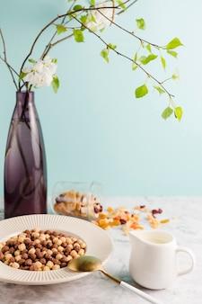 Tigela de cereal de alto ângulo com iogurte e frutas secas